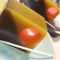 写真: 亀屋良長さんの嬉々猿というお菓子ですが 黄色のバナナ味の羮と、茶色...