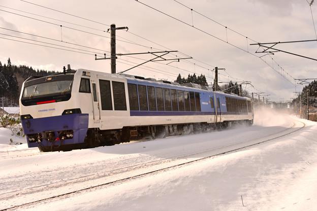 青い車体に白い雪2