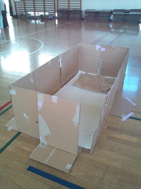 ゆるキャン△(偽)防災訓練のダンボールハウス。2mx1mの簡易居室作成。 ほんとのテント(トイレ用)もあったけど写真撮れなかったよ。