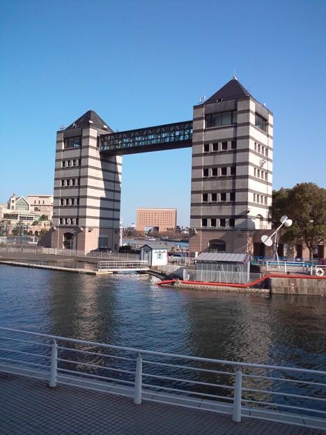 向こうに鉄橋と客船の煙突。