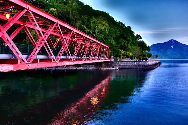 湖畔に映る橋上灯
