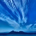 写真: 雲と湖