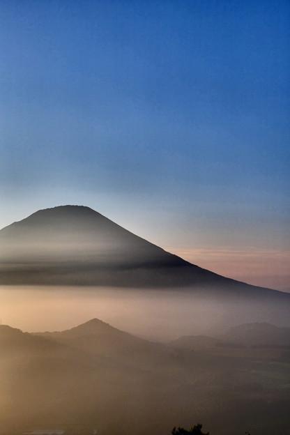 写真: 夕暮の雲海に浮かぶ羊蹄山 その4