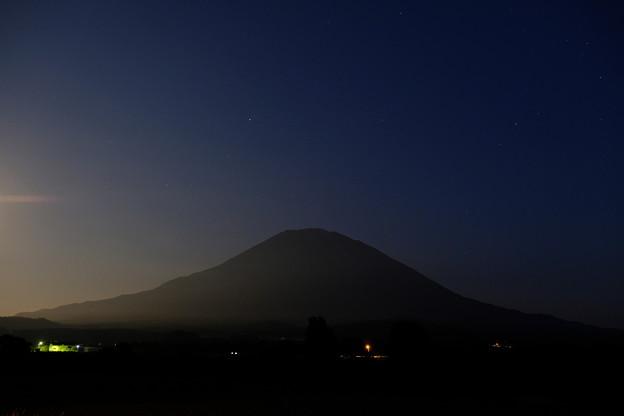 薄暮の羊蹄山