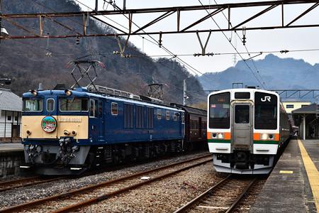 EF64 1001と211系普通電車