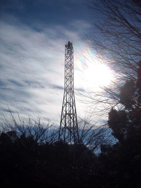 虹色の逆光鉄塔