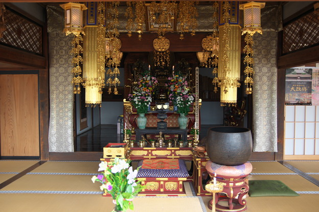 Photos: 本堂の中