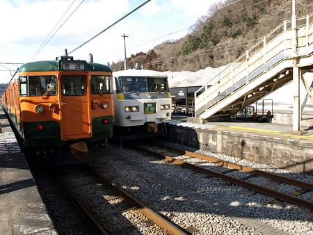 115系吾妻線と185系特急草津(小野上駅)