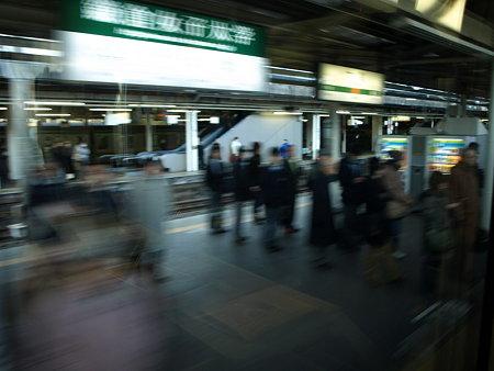 E231系東海道線グリーン車の車窓(大船駅)