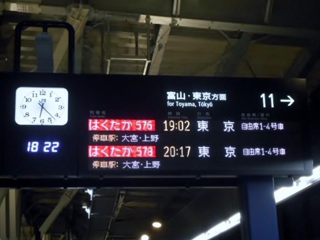 ダイヤ改正後のJR金沢駅11番ホーム電光掲示板-0