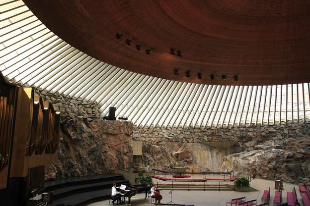 Photos: 2604 石の教会での静かなる演奏@フィンランド