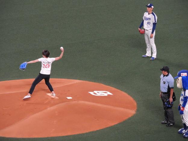 写真: テレビ愛知アナの始球式。