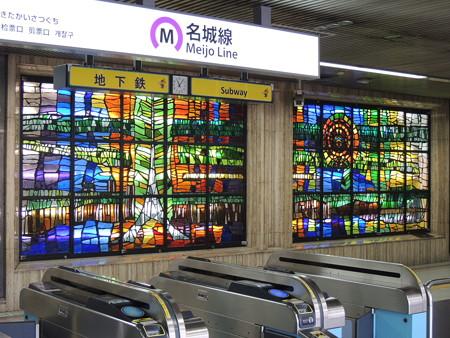 栄駅の改札口。