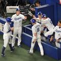 Photos: 盛り上がる1塁ベンチ。