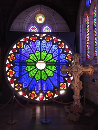 ステンドグラスと十字架。