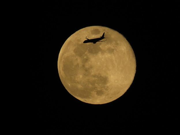 十五夜満月と飛行機 2018年4月撮影