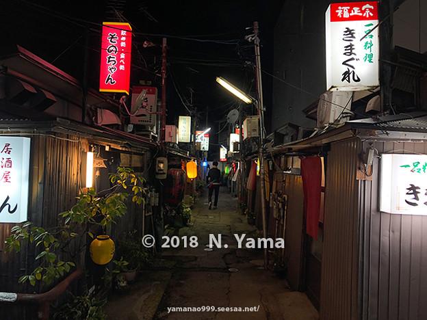 写真: 2018年10月27日、金沢中央味食街