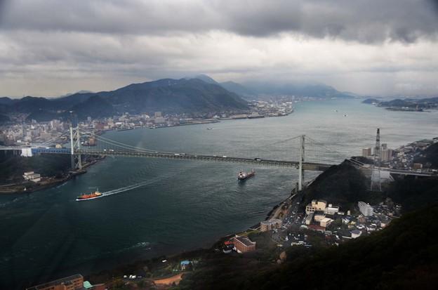 写真: 関門橋驟雨