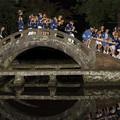 写真: 神輿橋を渡る