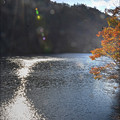 小さなダム湖 秋
