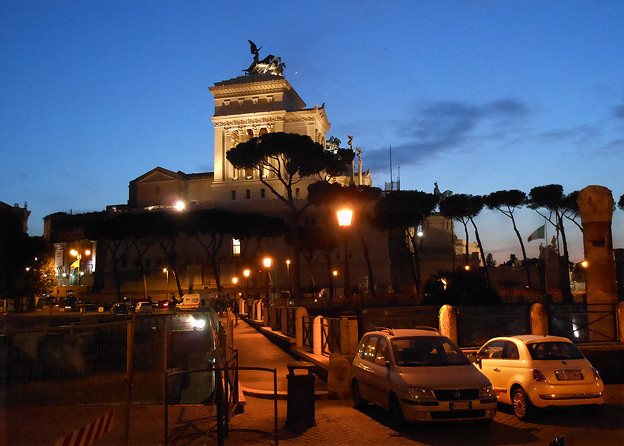 トラヤヌスの広場からエマニュエル二世記念堂