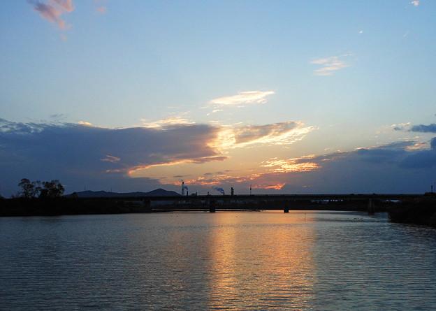 暮れ行く川辺
