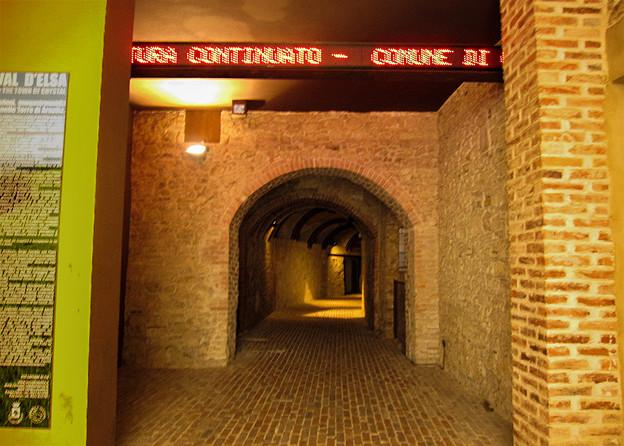 旧市街へのエレベーターにつながる地下道