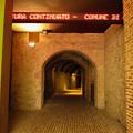写真: 旧市街へのエレベーターにつながる地下道