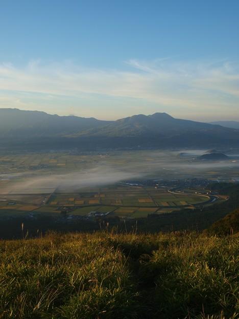 うっすら雲海と田んぼのパッチワーク