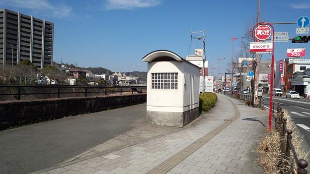 歩道上のトイレ 伊敷中学校前バス停 鹿児島市