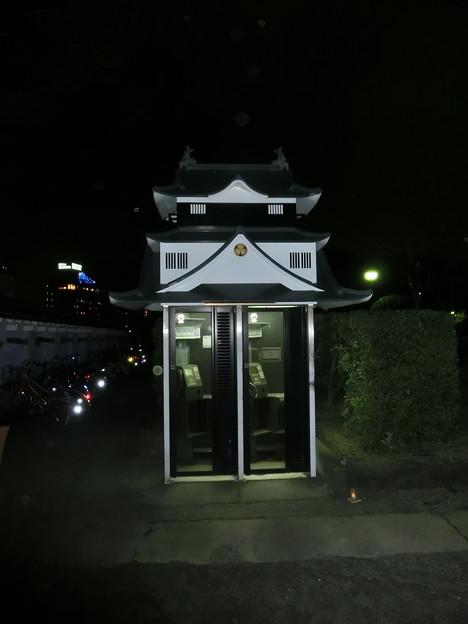 夜のお城の公衆電話