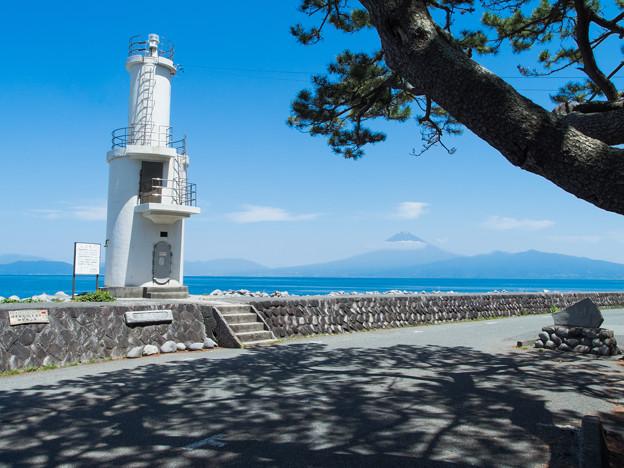 戸田灯台と潮風のベンチ