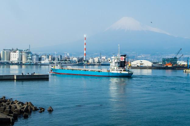 田子の浦港に停泊する船
