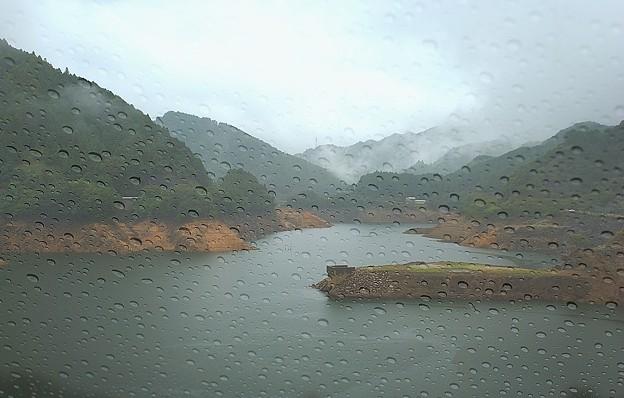 雨が ・・・ 窓を打つ