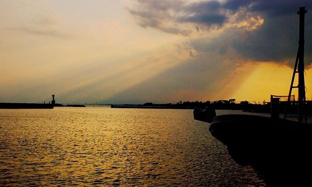 夕暮れの漁港