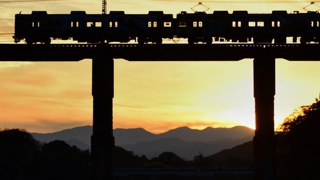 鉄橋を渡る 2)