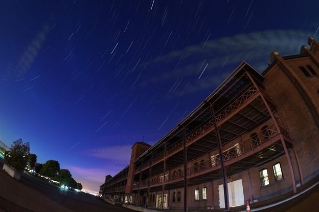 写真: 赤レンガ倉庫と星