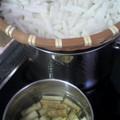 写真: 天気が良いので切り干し大根づくり。ごぼうの梅煮を作り置き用に。実...