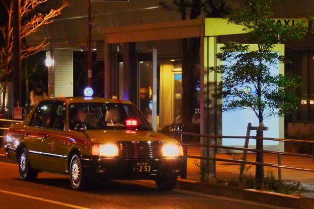 週末夜のオフィス街のタクシーのりば(1)