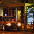 週末夜のオフィス街のタクシーのりば