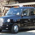 写真: 「和」に溶け込んだロンドンタクシー