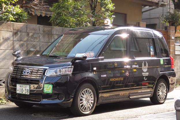 瑞々しい陽射を浴びるタクシー