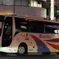 夜の浜松町を後にする高速バス