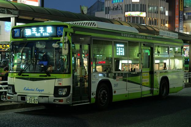 夏の宵の国際興業バス