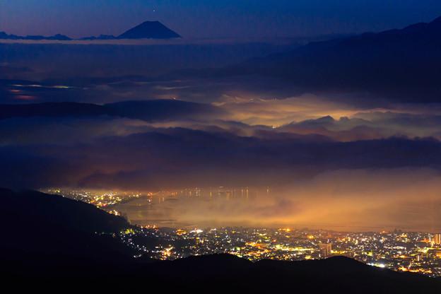 夜明け前の諏訪と富士