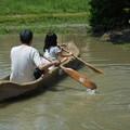 写真: 丸木舟に乗る