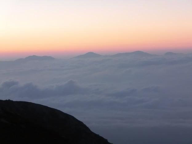 2-020   雲海に浮かぶ仙丈岳と白根三山