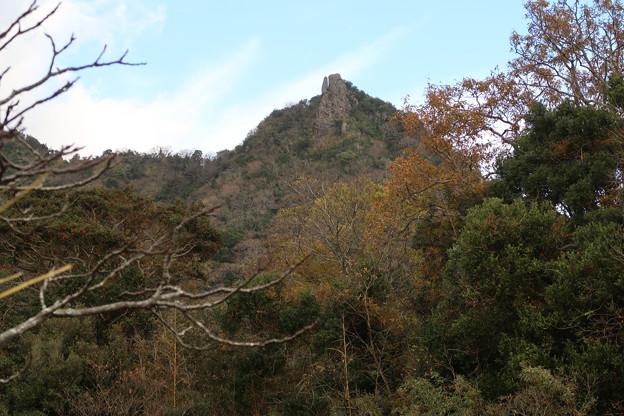 070 農道から伊予ケ岳を仰ぐ 1