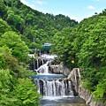 写真: 空と新緑と滝