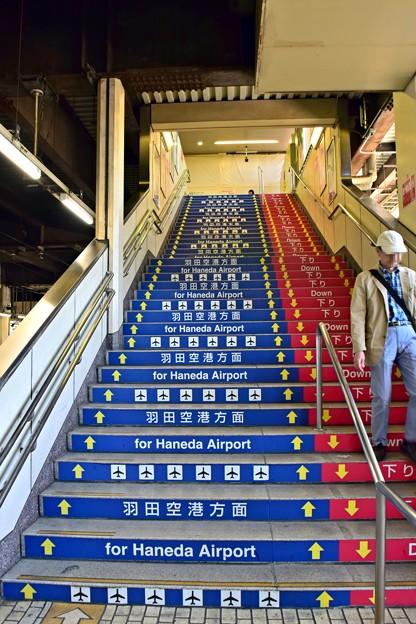 写真: 羽田空港への階段